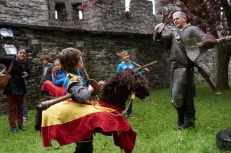 Ridder Wim wordt aangevallen door een stoere ridder te paard!